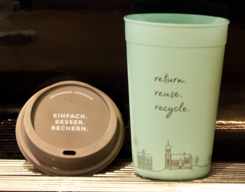 Coffe to Go - im Mehrwegbecher. Der Becher ist aus spülmaschinenfestem Kunststoff und kann zu 100% recycelt werden.